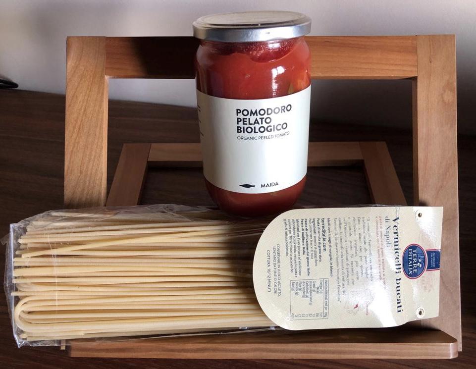 Pomodoro pelato biologico e vermicelli bucati di Napoli