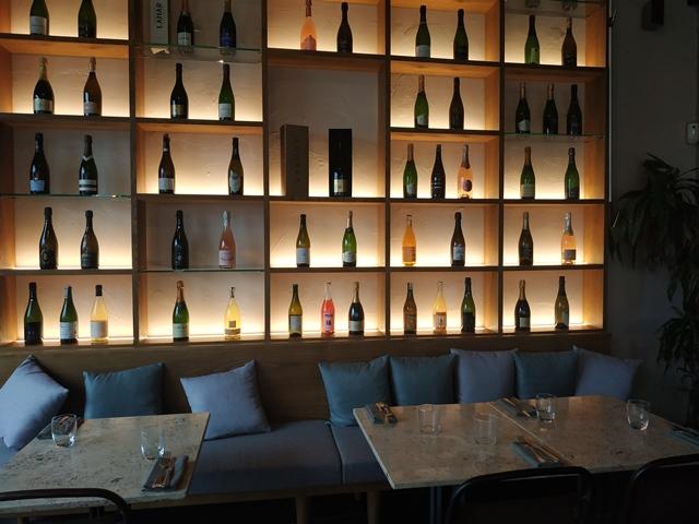 Sant'Isidoro Pizza & Bolle - Ostiense - gli scaffali e i divanetti in sala