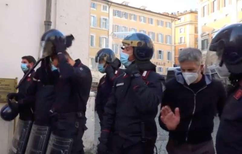 Carabinieri si tolgono il casco
