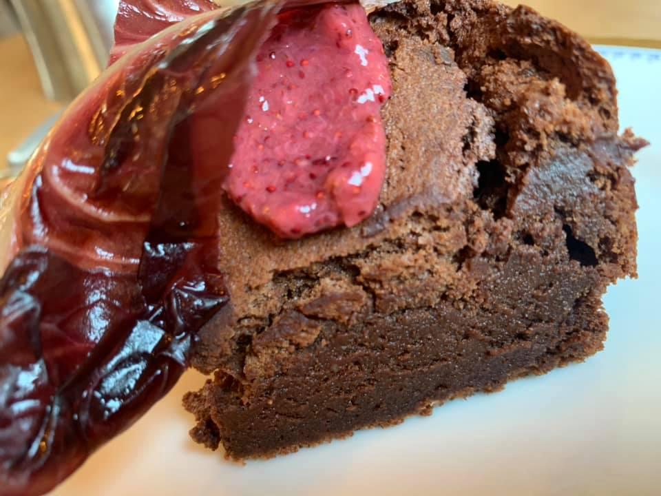 Marzapane, Torta al cioccolato con salsa ai frutti di bosco e radicchio