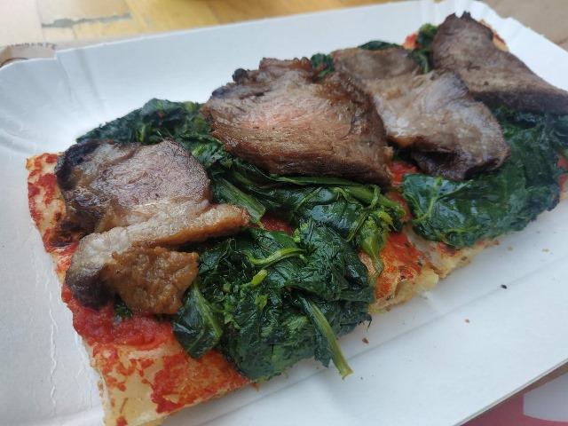 Pizzarium - pizza con tagliata di nero calabrese e broccoletti ripassati