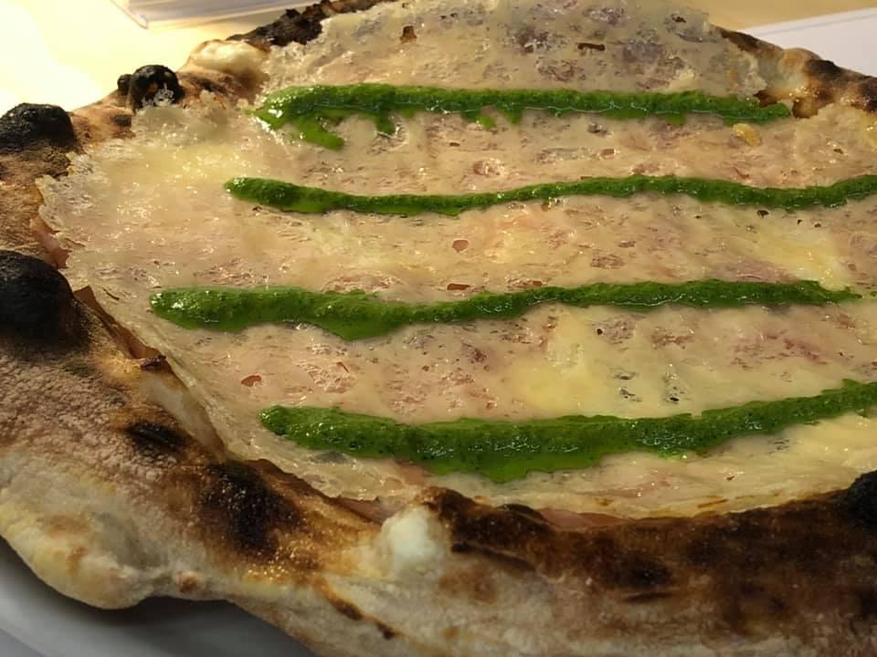 Pizzeria Granai, crudo, rucola, stracciata di bufala e cialda di parmigiano