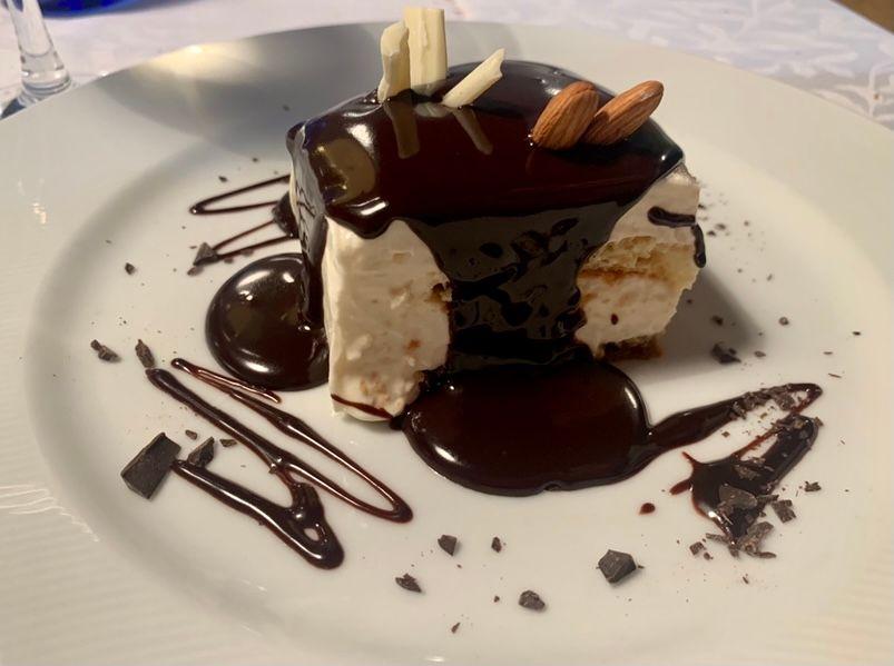 Taverna Kerkyra-Tiramisu con copertura di cioccolato tiepido