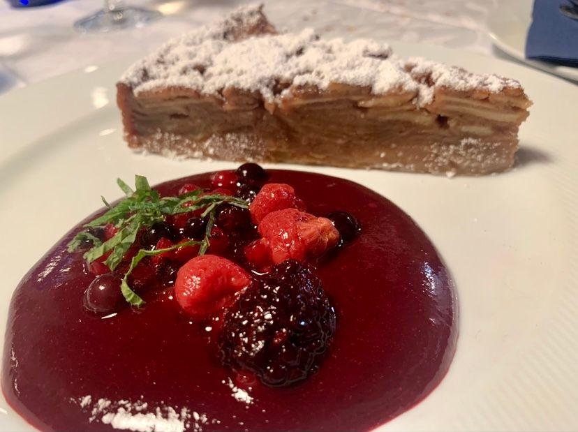 Taverna Kerkyra-Torta di mele e cannella con salsa ai frutti di bosco