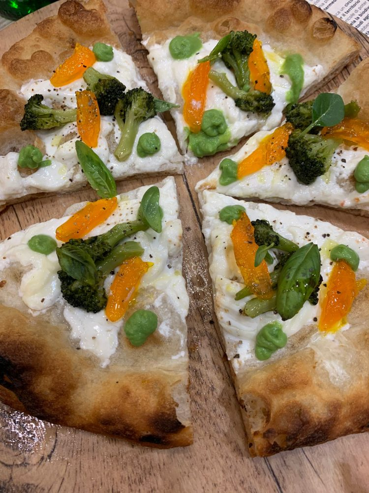 I Masanielli - Mariasole - stracciata di latte vaccino, broccolo barese in due consistenze, tuorlo d'uovo verde, olivo marinato