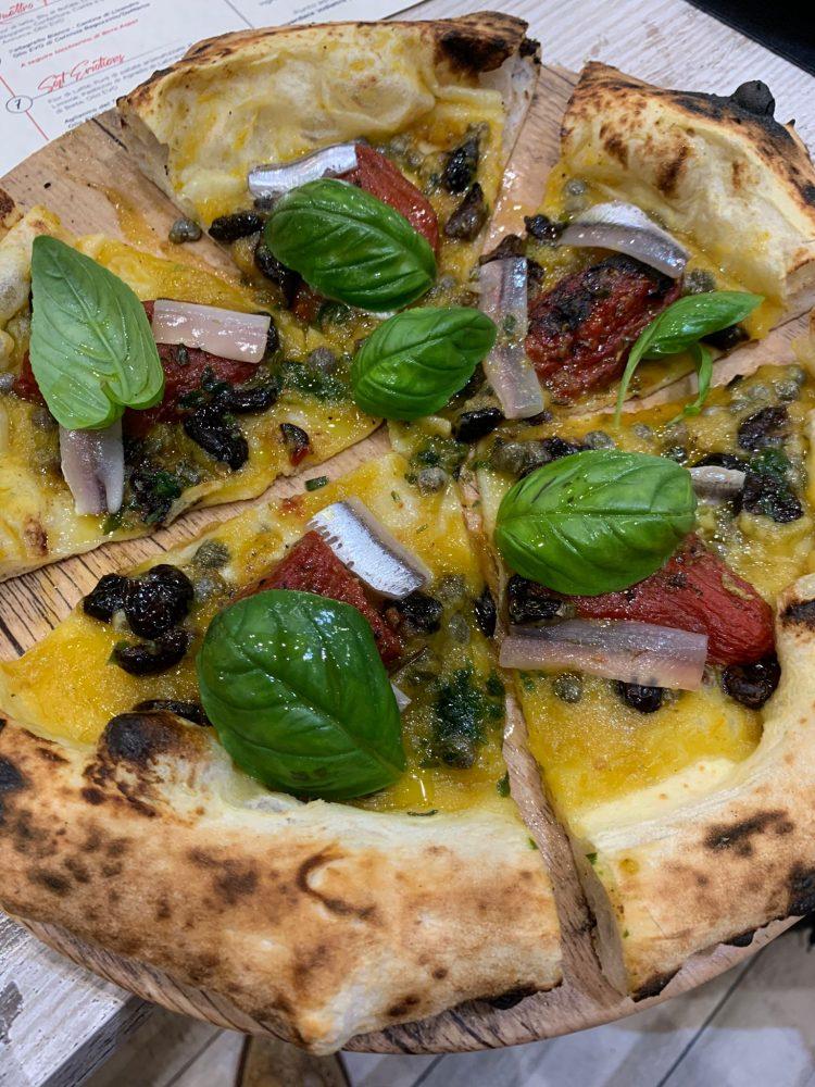 I Masanielli - Ammiraglia Crema di datterino giallo, olive caiazzane, pomodoro, alici, cialda di risp croccante