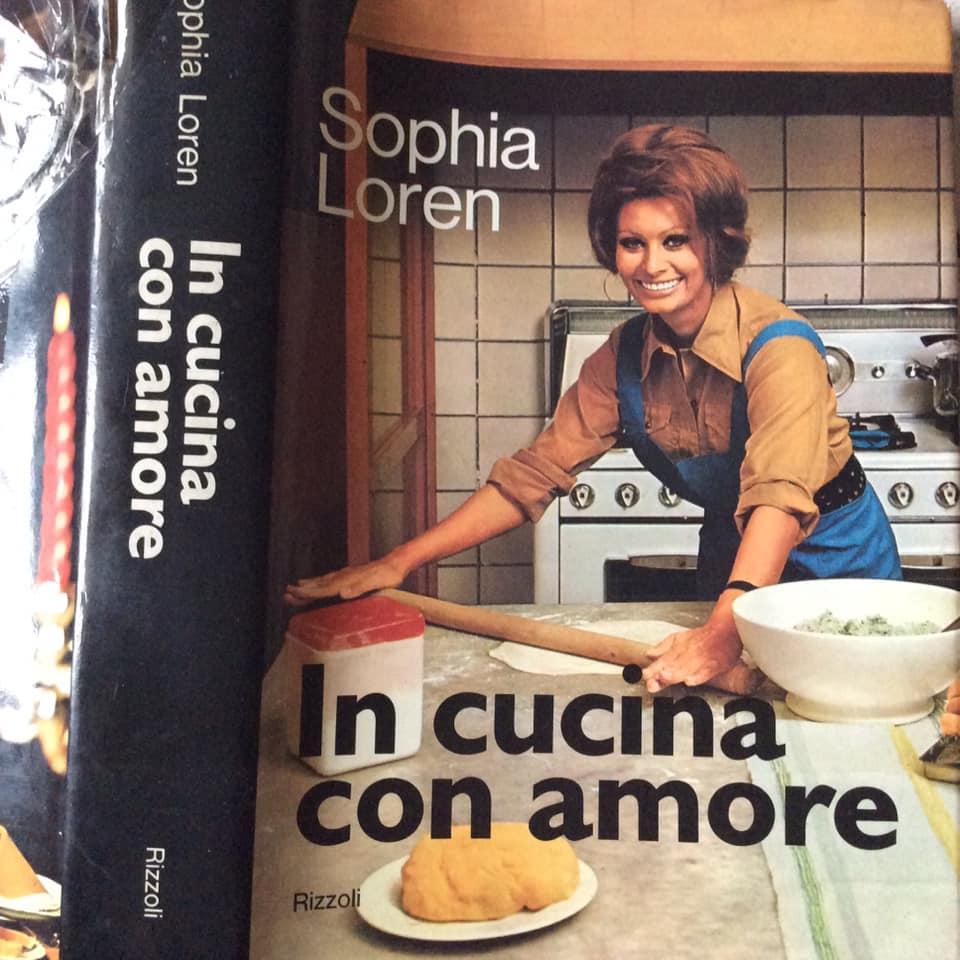La copertina del libro di ricette di Sofia Loren