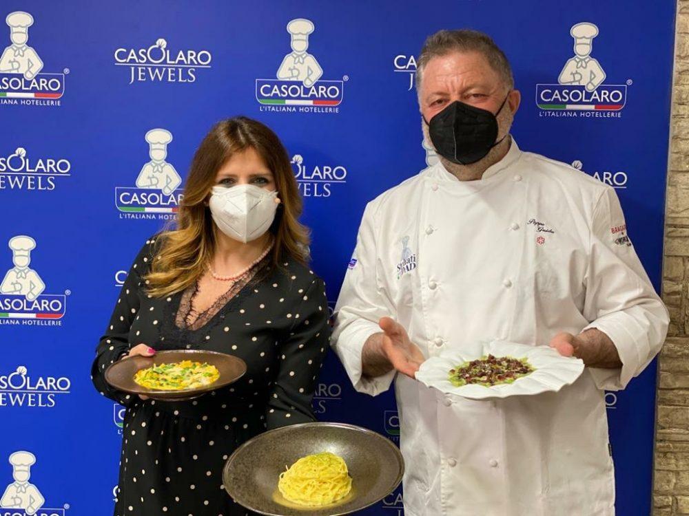 Peppe Guida con Maria Vittoria Casolaro con i piatti della lezione in dad - Stellati per la dad