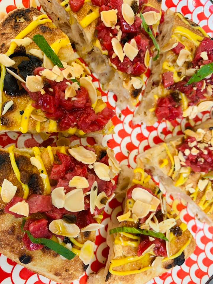 Seu Pizza Illuminati - Wheely di tartare di carne, zabaione di senape, cappero fritto e sale maldon