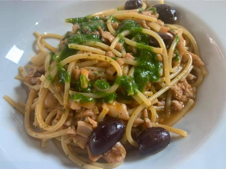 RIcordi - Spaghetti in salsa di calameretti e olive e prezzemolo