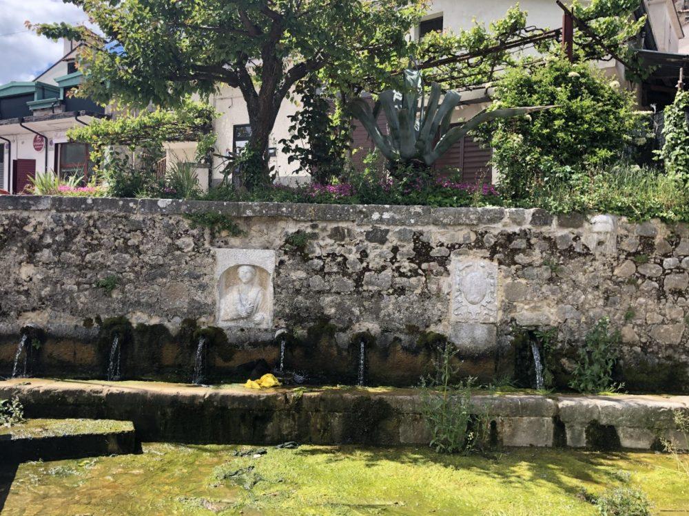 Antica fontana con lavatoio