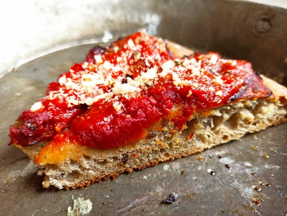 L'Oste & il Porco - La Pizza Antica con grani autoctoni, semi e conserva di pomodori fatta in casa cotta nel rutelluccio di rame
