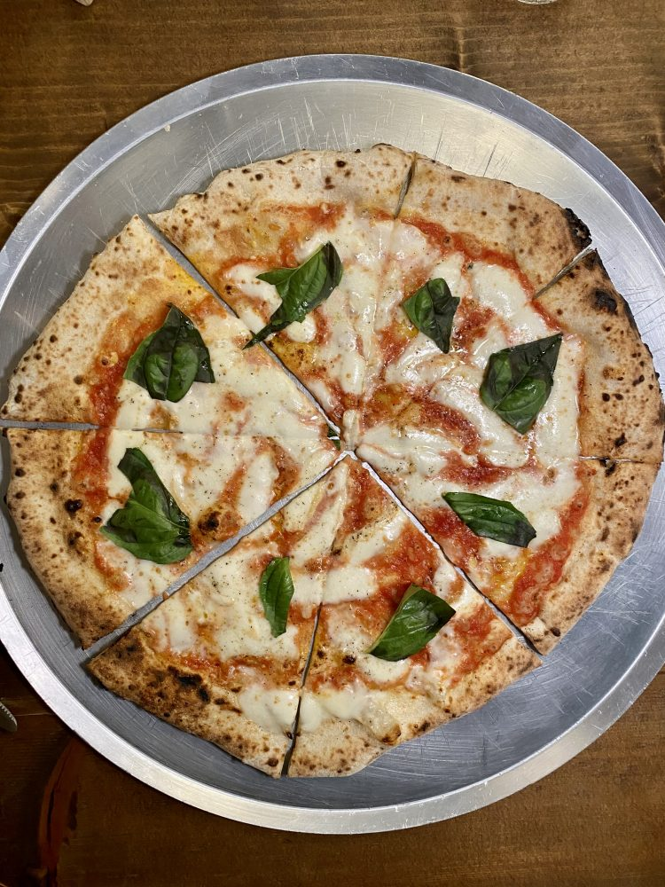 Raro - pizza Margherita con provola e pepe