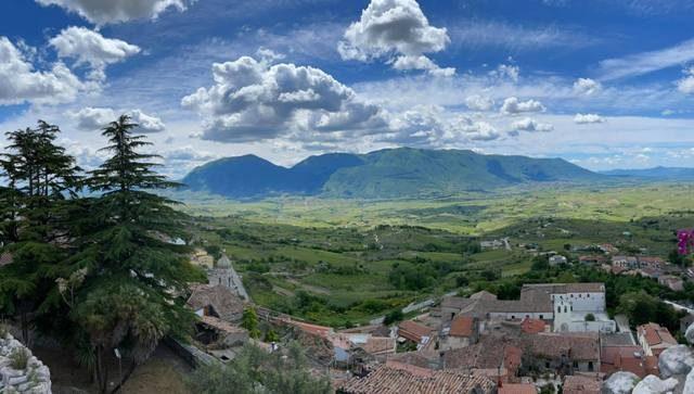 Vista dal castello sulle vigne della Valle del Calore (foto Milena Ceniccola)