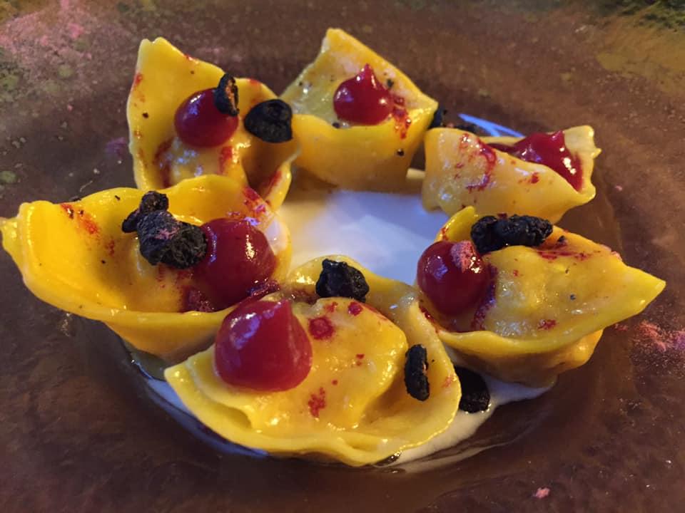 Acquasanta a Roma, tortello di palamita affumicata con frutti rossi e latte di cocco