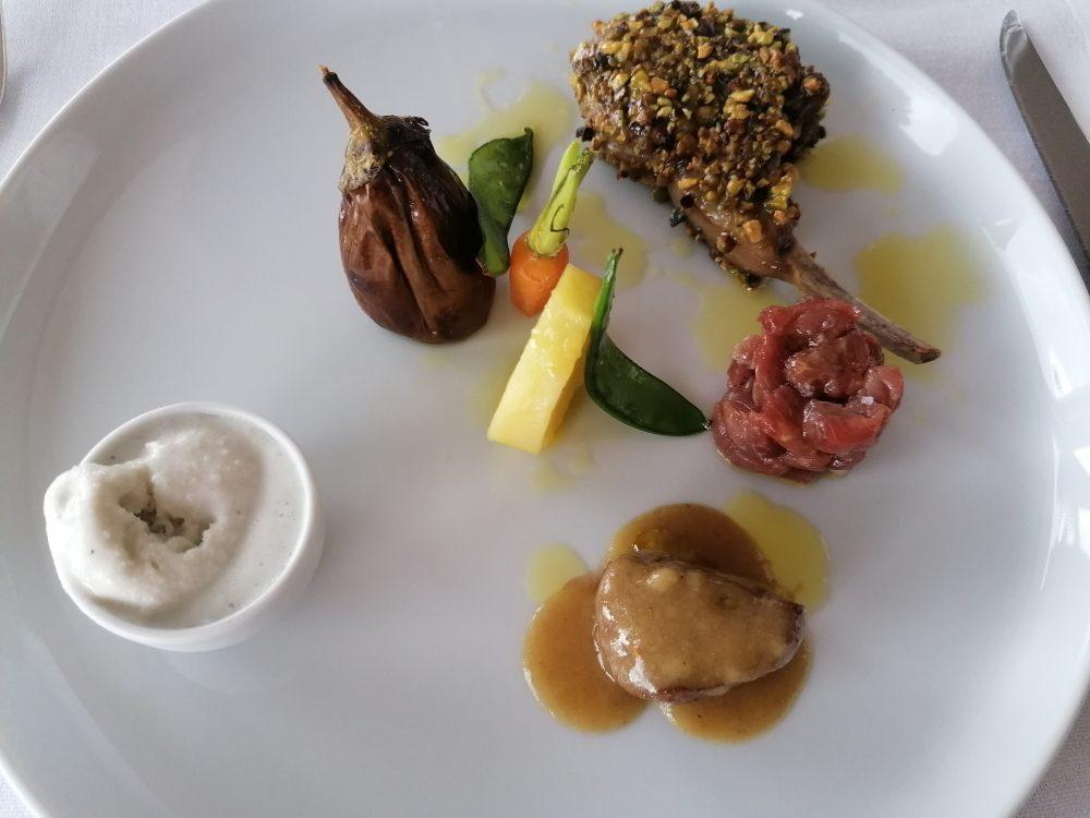 Agnello in tre consistenze, verdure di primavera e gelato al rosmarino