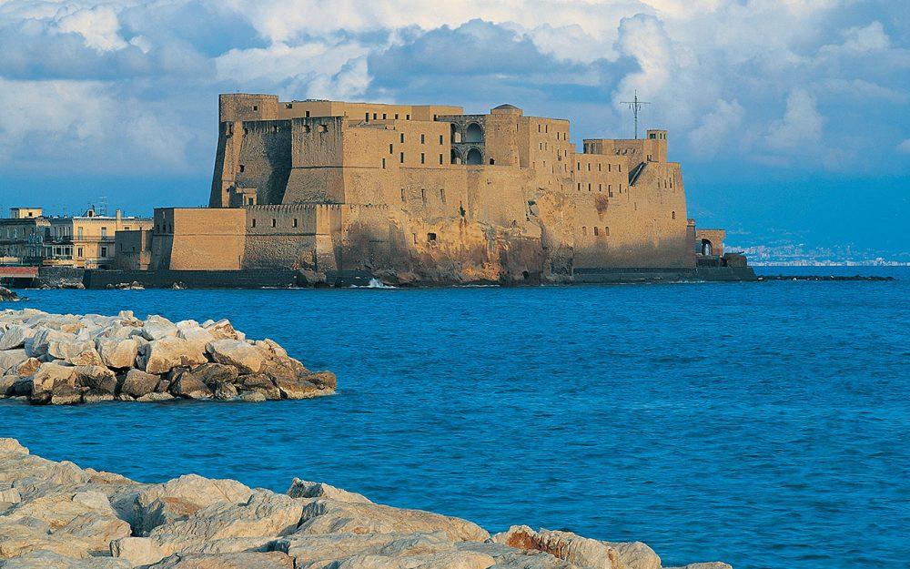 La fotografia mostra l'antica fortificazione Castel dell'Ovo, che sorge sull'antico isolotto di Megaride