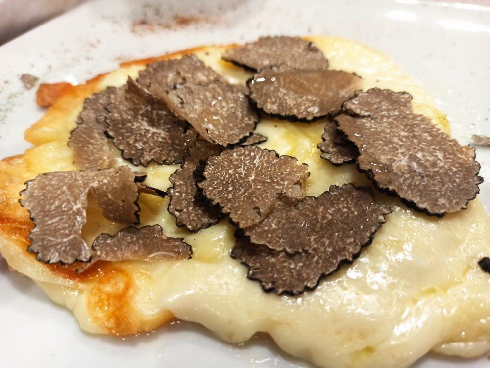 Pizzeria e Ristorante Megusta - Il Caciocavallo dolce di Montella con lamelle di Tartufo fresco Irpino