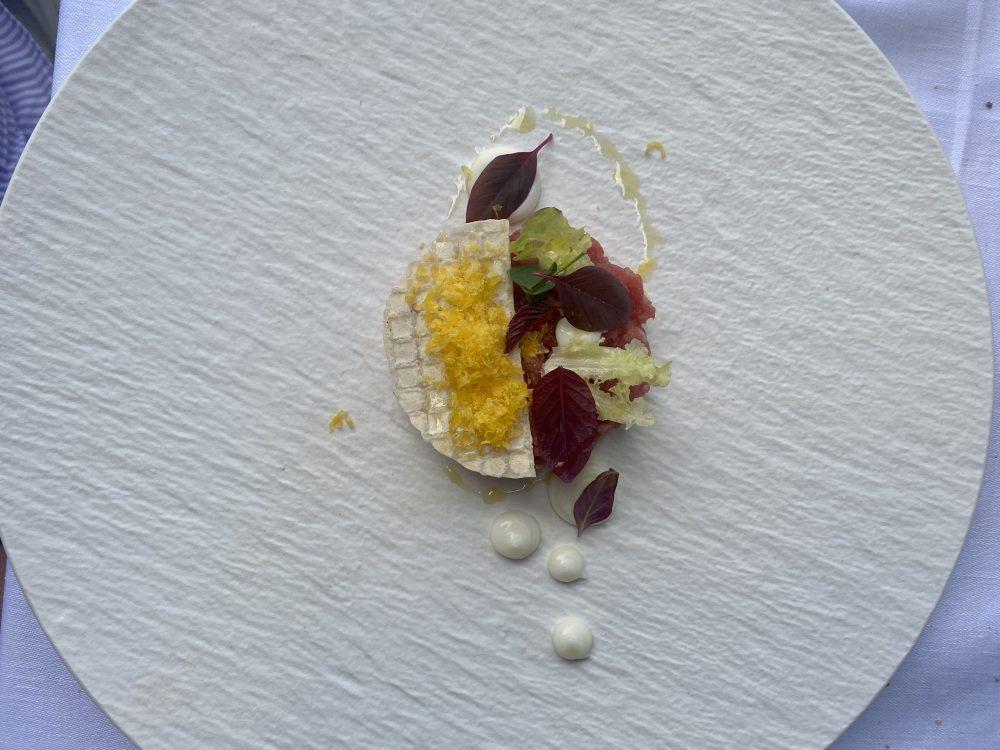 Ristorante Lorelei - Tartare di pezzata rossa in sfoglia, cremoso di provolone del Monaco al limone, tuorlo grattugiato e lollo