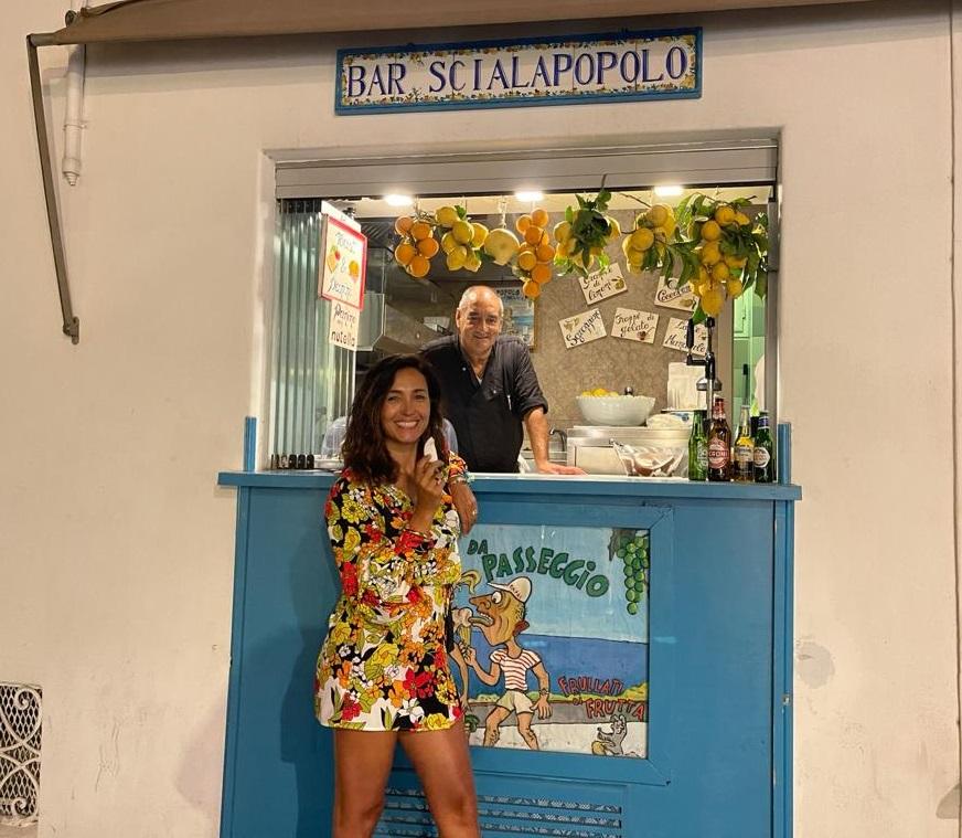 Al Capri' Bar Scialapopolo - Caterina Balivo con Mauro il figlio di Donna Vittoria