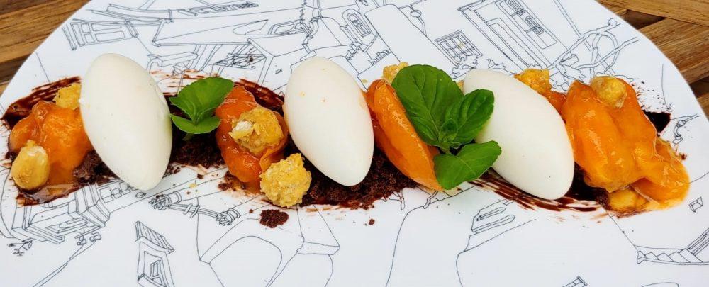 Dessert Made in Capri albicocche di Cesina ricotta arancia di Matermania e crumble di nocciole