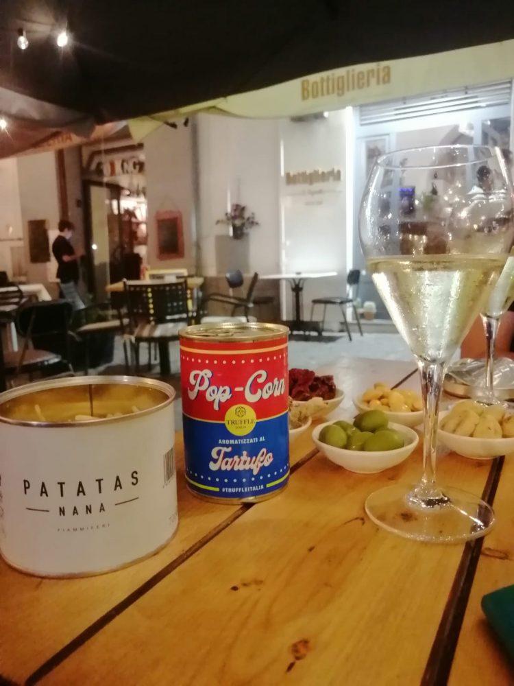 La Bottiglieria - Aperitivo con Fiano Spumantizzato, pop corn al tartufo e chips