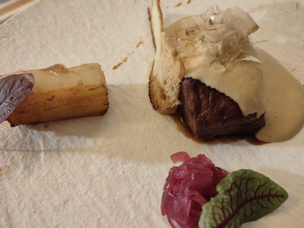 SAN PIETRO BARISANO - Tra Mare e Terra, un piatto dalla succulenza estrema guancia di manzo tonnata con millefoglie di patate e cipolla di Tropea in agrodolce