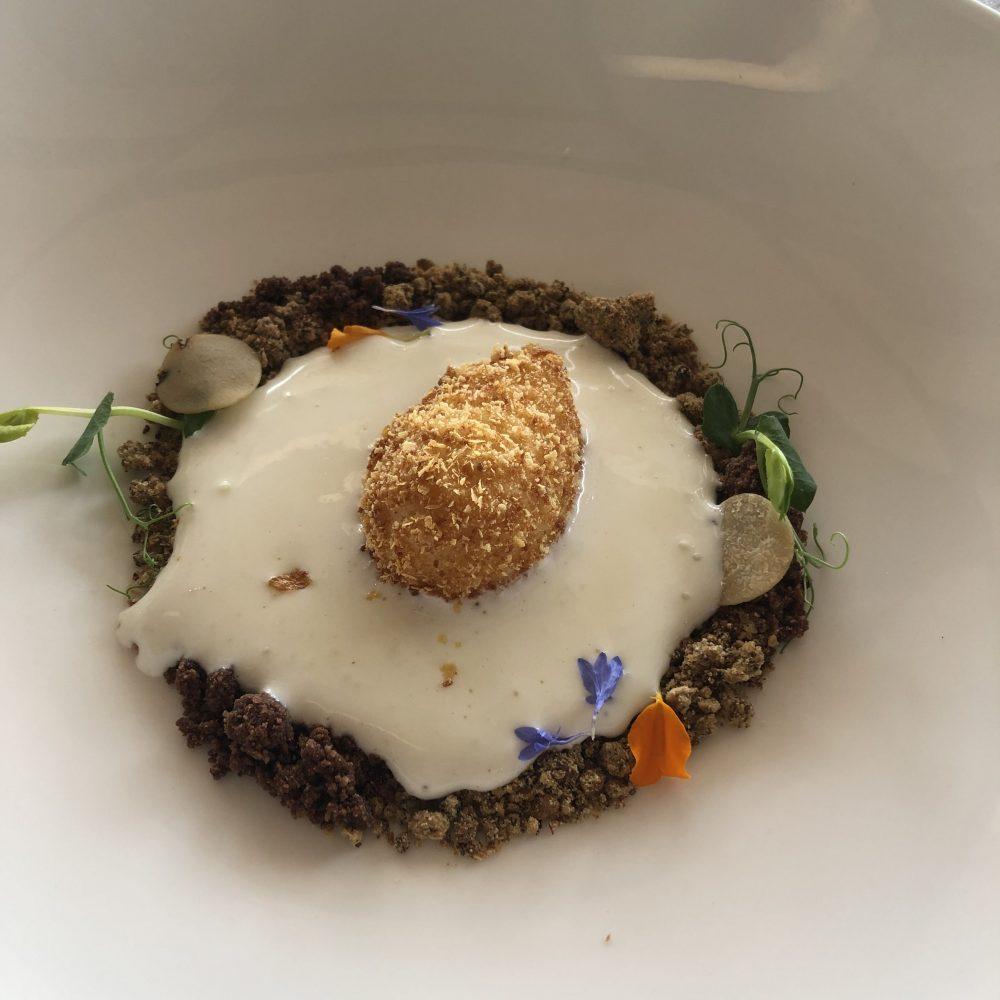 Vistamare - Uovo croccante, spuma di pecorino e sabbia di shiitake, cacao e tartufo