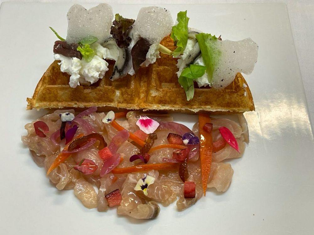 DUBL AL SALVATORE - Waffle soffiato con chevice di pesce, burratina ed alici