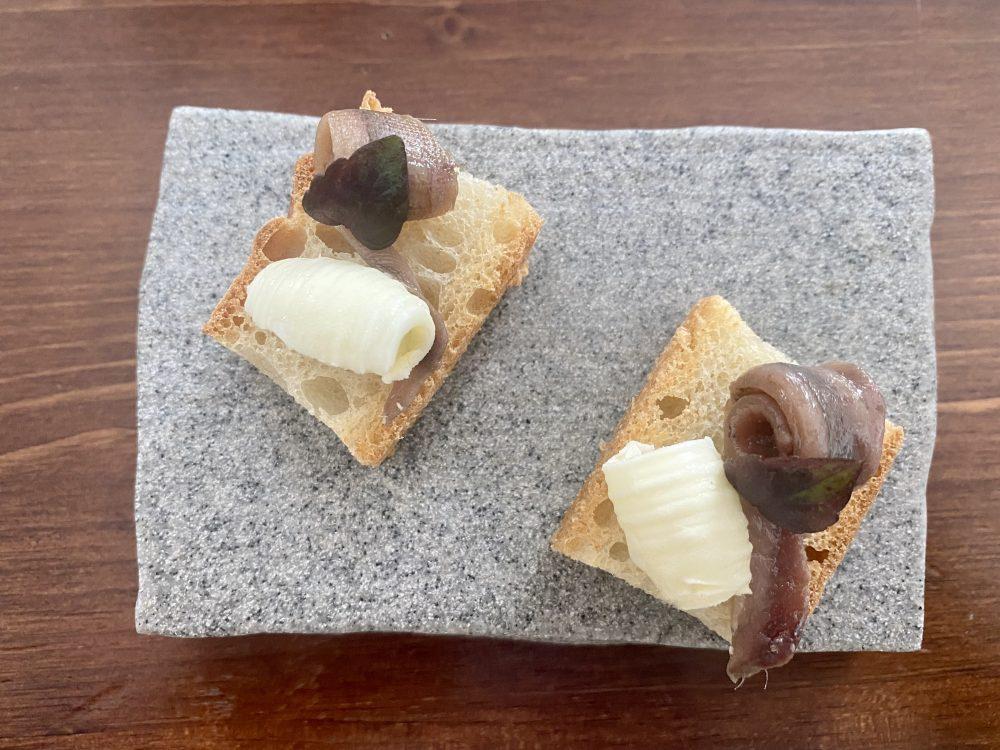 Boccadoro - pane cafone, burro e alici di Menaica