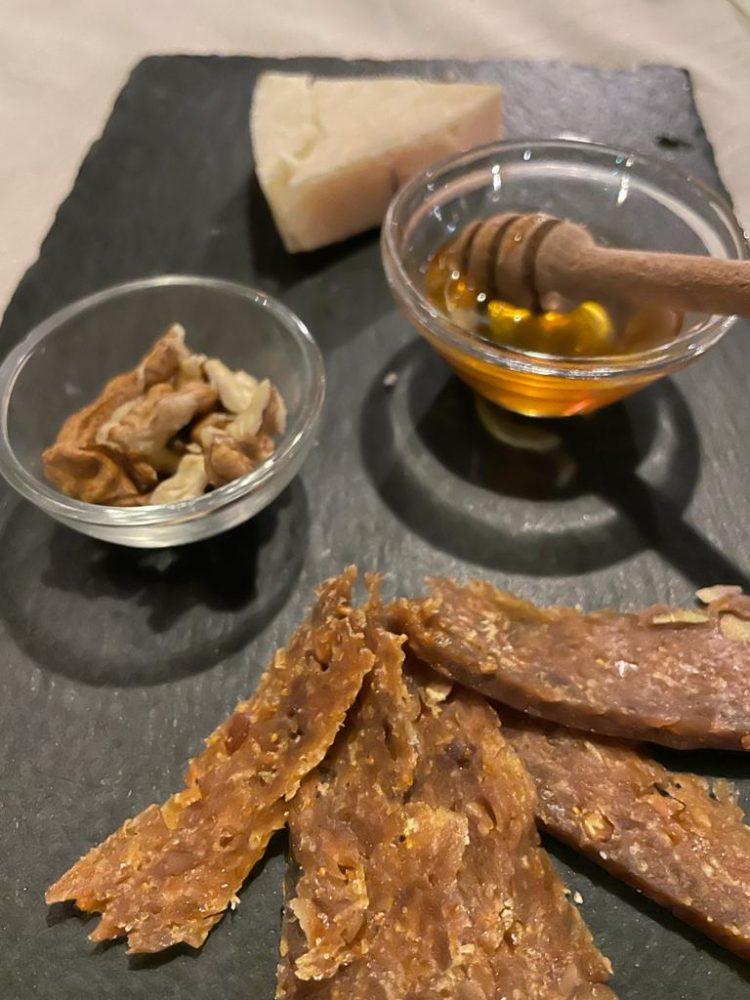 CELLAIO - Provolone stravecchio con miele, noci e lonzino di fichi