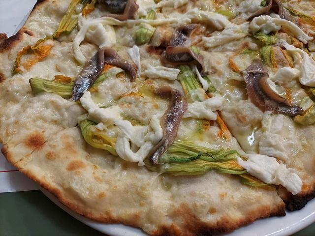 Nando in pizzeria, Fiori di zucca, bufala e alici